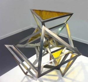 Icosahedron Yellow Glass (2013), escultura de Conrad Shawcross