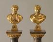 Dos columnas de mármol rematadas por bustos de Adriano y Caracal